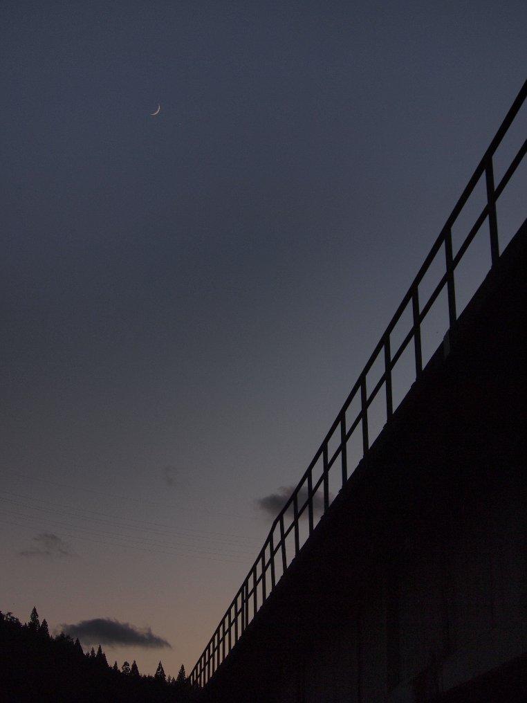 月と廃鉄橋