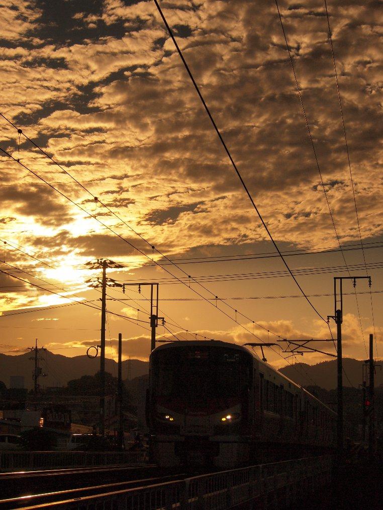 夕陽を背に227系