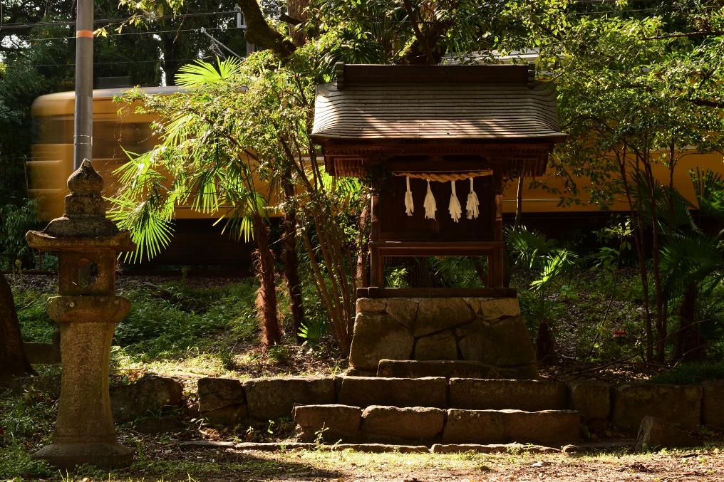 115系と地御前神社の祠