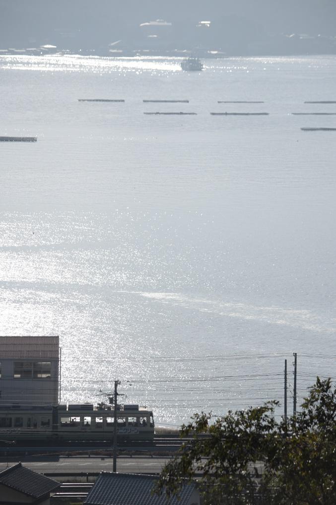 ひろでんと朝日に照らされた宮島の海