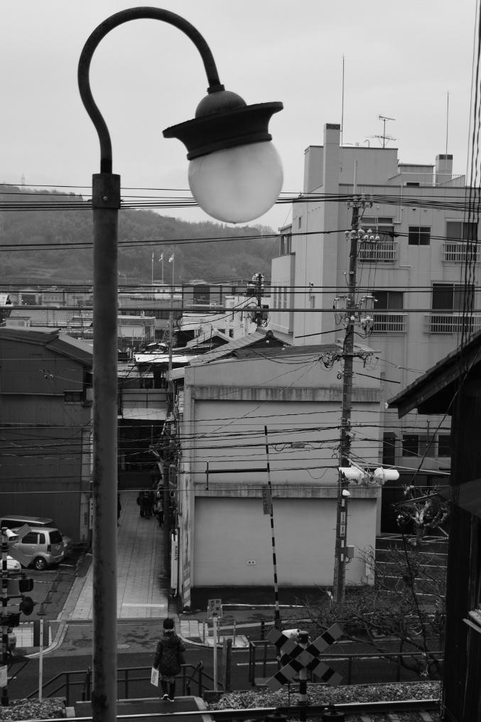 尾道の小さな踏切と街灯