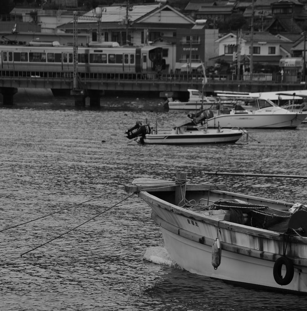 忠海港を走る227系
