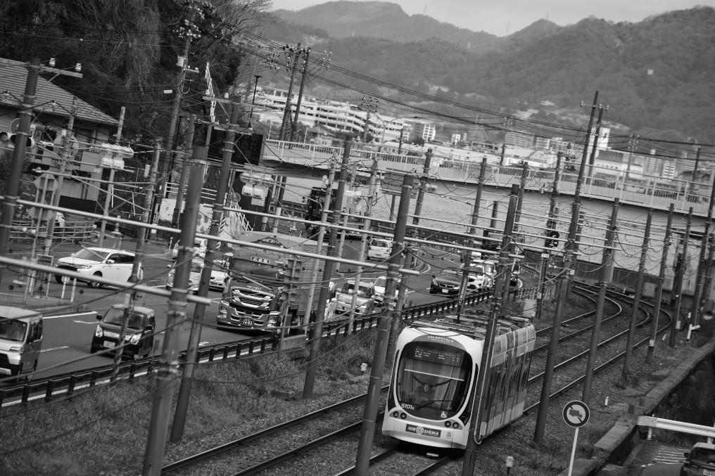広電阿品駅近くを走る車両