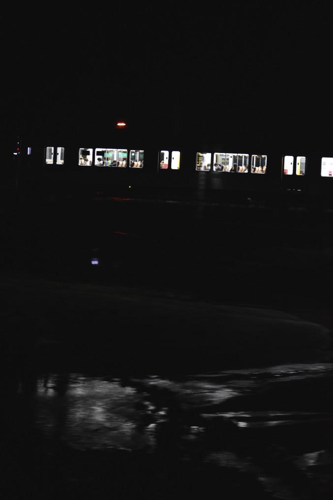夜の永慶寺川を渡る227系